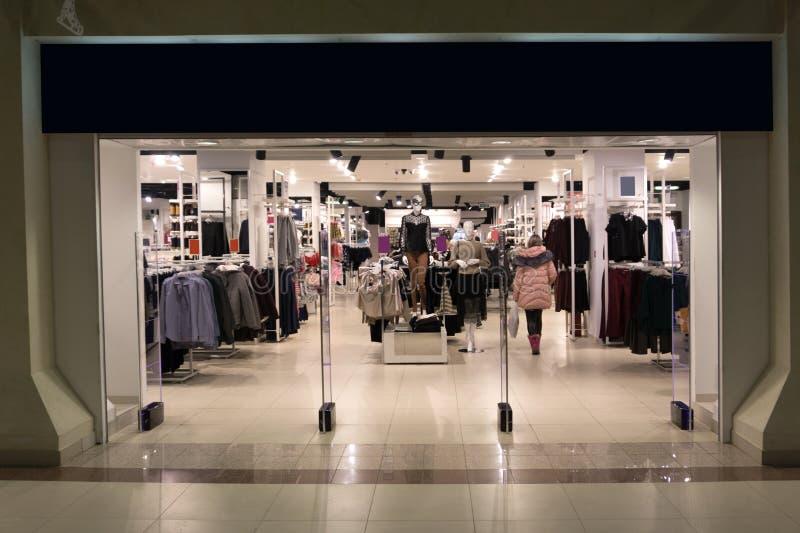 Счастливая стильная молодая женщина при сумка входя в торговый центр, ходя по магазинам стоковые изображения