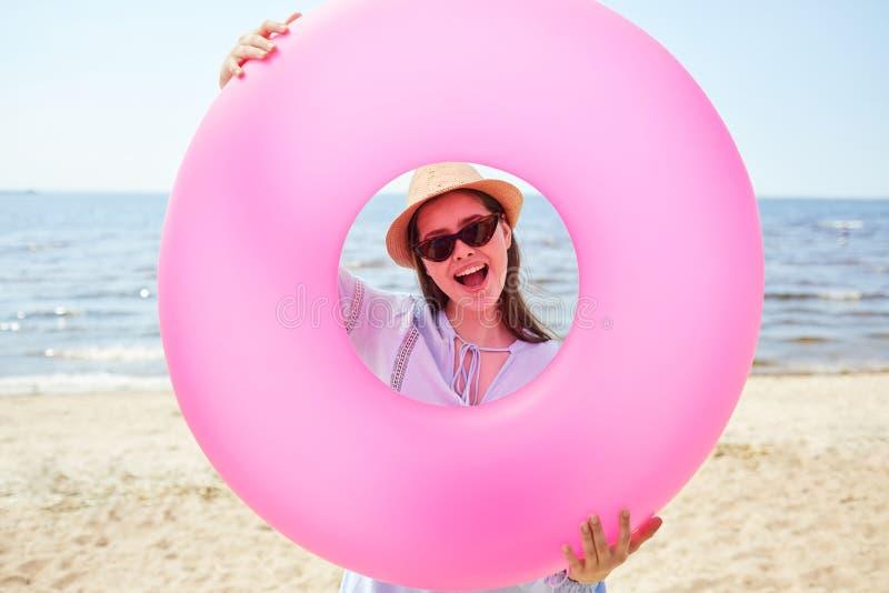 Счастливая трубка заплыва удерживания молодой женщины стоковые фотографии rf