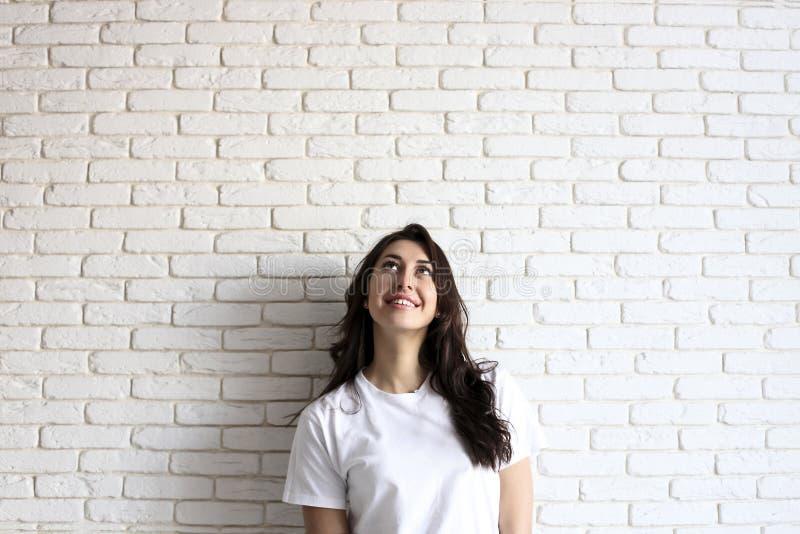Счастливая тысячелетняя девушка имея потеху внутри помещения Портрет молодой женщины с зазором diastema между зубами красивейшая  стоковые изображения rf