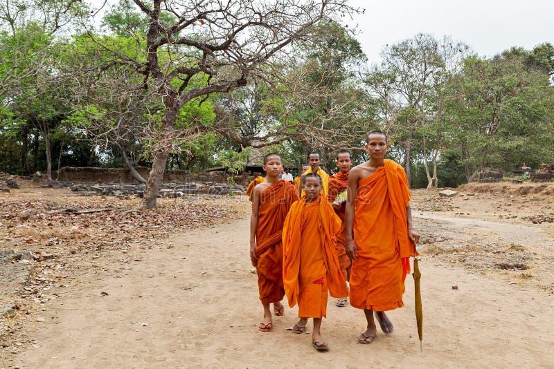 Счастливая улыбка монахов на джунглях Камбоджи захода солнца стоковые фото