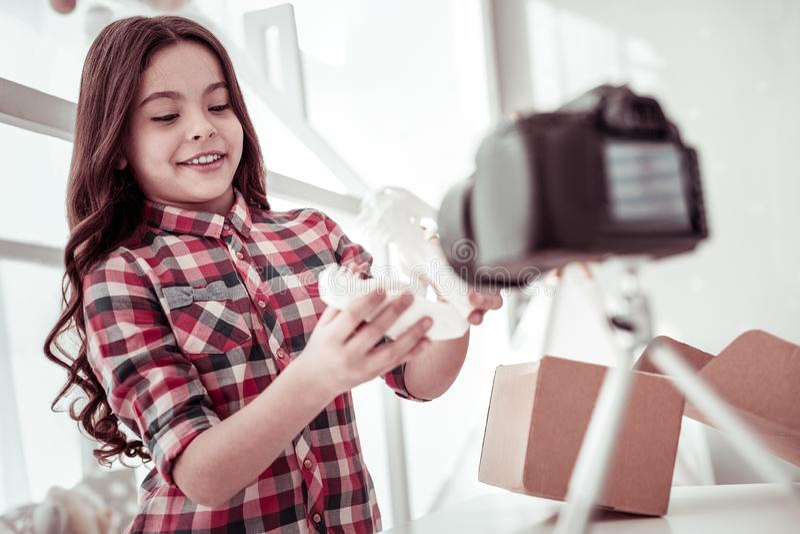 Счастливая услаженная девушка смотря модель динозавра стоковая фотография