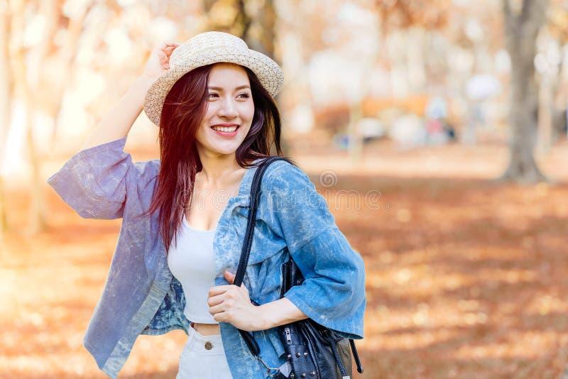 Счастливая усмехаясь азиатская девушка предназначенная для подростков в перемещении праздника каникул стоковое фото