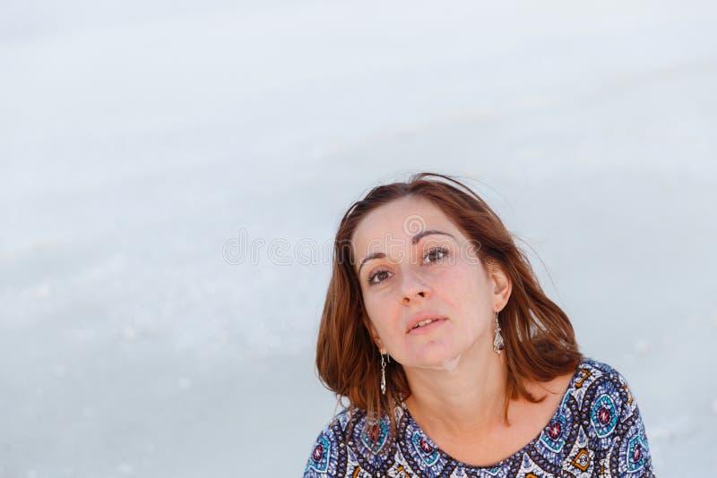Счастливая усмехаясь девушка в белой шляпе наслаждаясь солнцем, ширью озера соли Bascunchak стоковое изображение