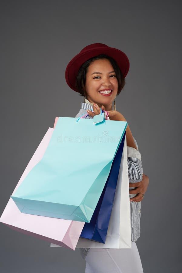 Счастливая усмехаясь женщина shopaholic стоковые изображения rf