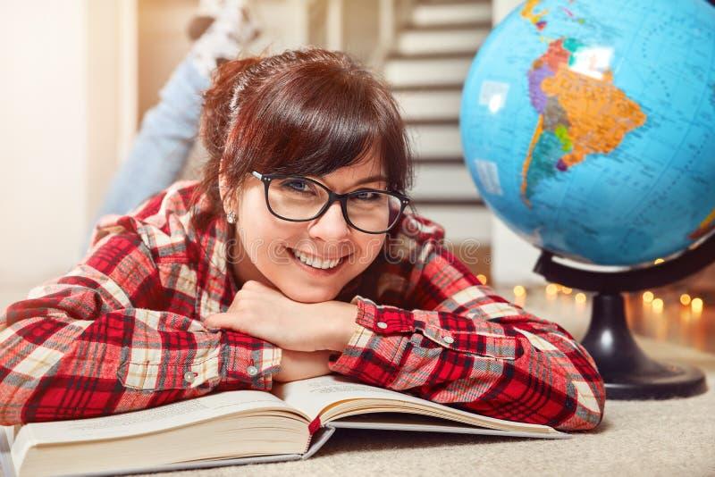 Счастливая усмехаясь книга студента девушки стоковые изображения rf