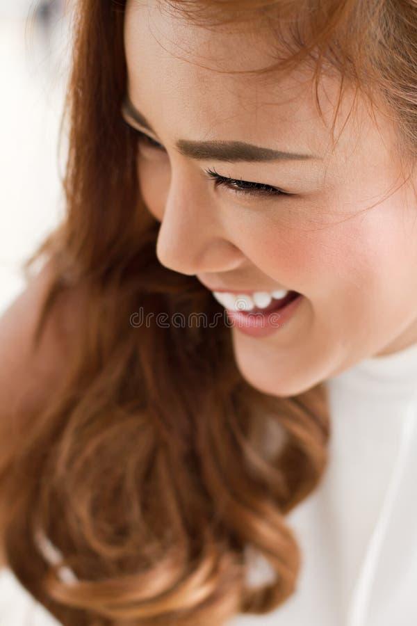 Счастливая, усмехаясь сторона женщины стоковая фотография rf