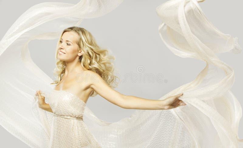 Счастливая фотомодель в белом платье, портрете красоты женщины стоковое фото rf