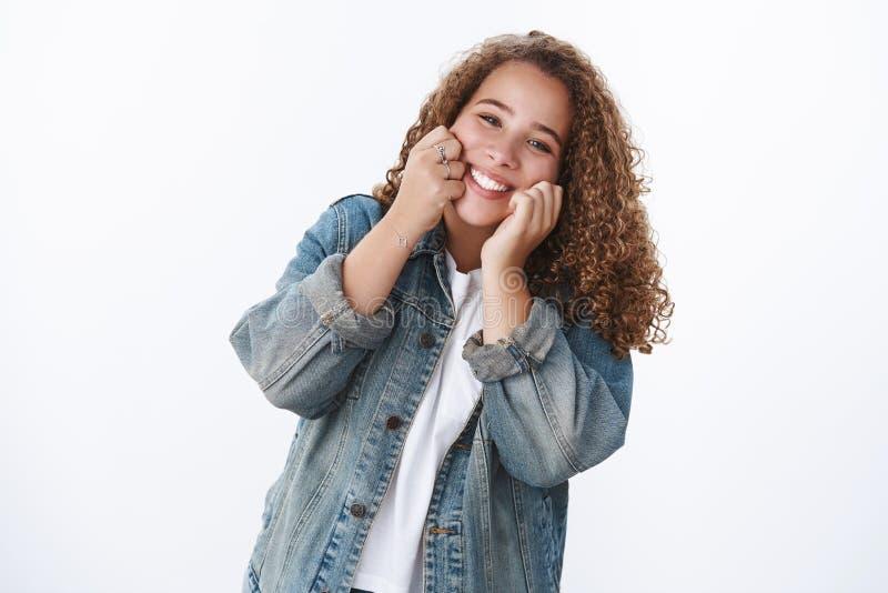 счастливая харизматическая нежная глупая, смешная милая девушка, трогающая щеки улыбающиеся радостно, наслаждаться жизнью, весело стоковое фото rf
