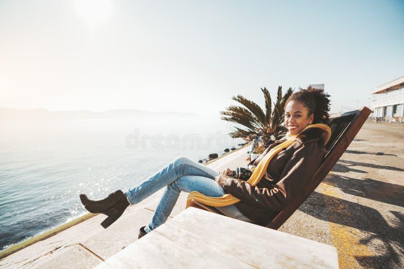 Счастливая biracial девушка на recliner стоковая фотография rf
