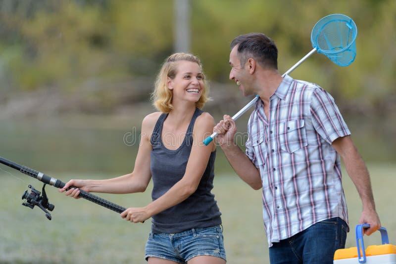 Счастливая excited рыбная ловля человека и женщины на пруде стоковая фотография rf