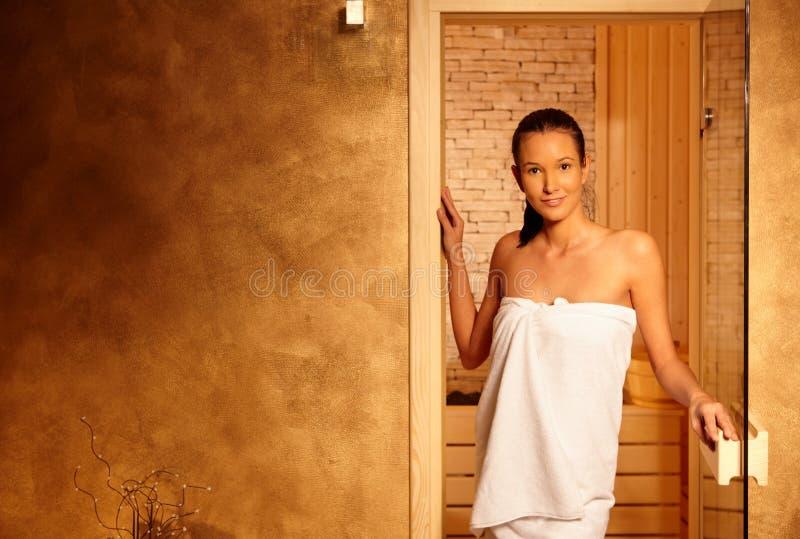 счастливая relaxed женщина sauna стоковые изображения rf