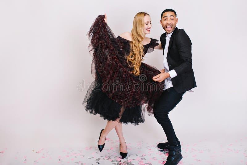 Счастливое большее торжество дня Валентайн s возбужденных пар в любов имея потеху на белой предпосылке Роскошный вечер стоковые фотографии rf