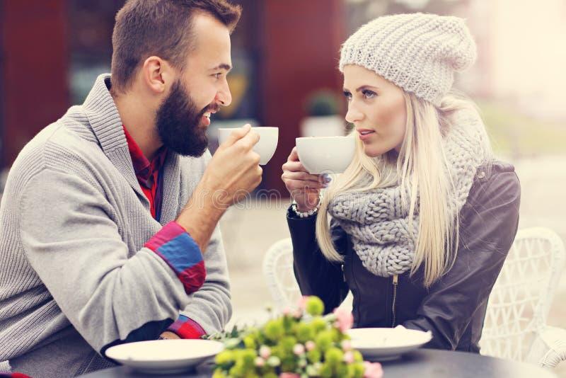 Счастливое взрослое датировка пар в кафе стоковая фотография rf