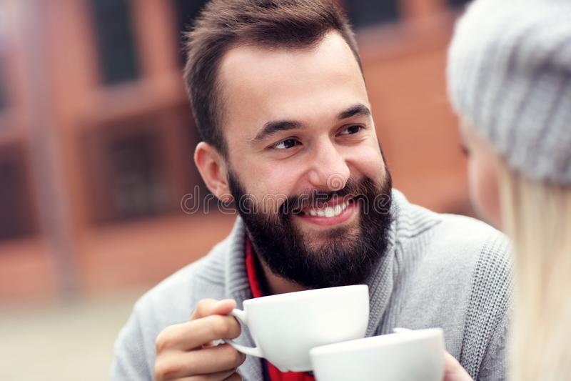Счастливое взрослое датировка пар в кафе стоковые изображения