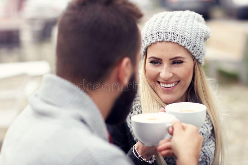 Счастливое взрослое датировка пар в кафе стоковая фотография