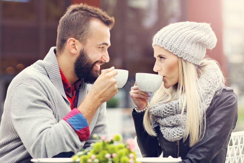 Счастливое взрослое датировка пар в кафе стоковое фото rf