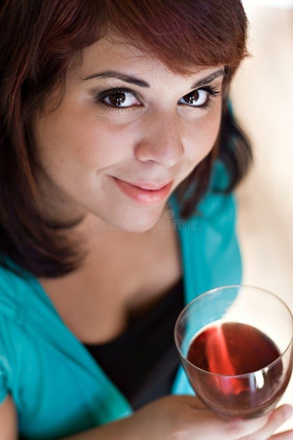 счастливое вино дегустатора стоковые изображения