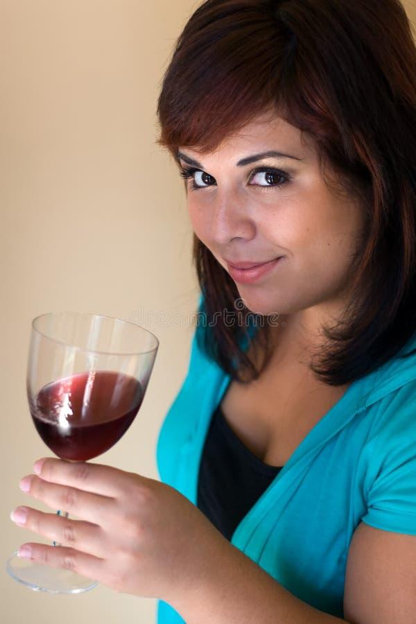 счастливое вино дегустатора стоковое изображение rf