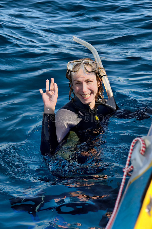 счастливое водолаза шлюпки женское рядом с водой стоковое изображение