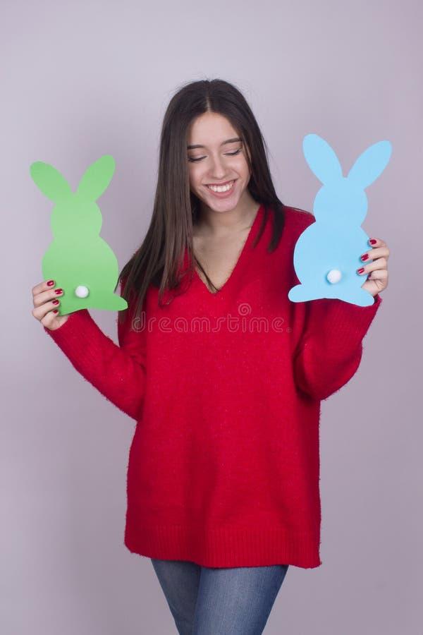 Счастливое время пасхи зайчика девушки стоковое фото