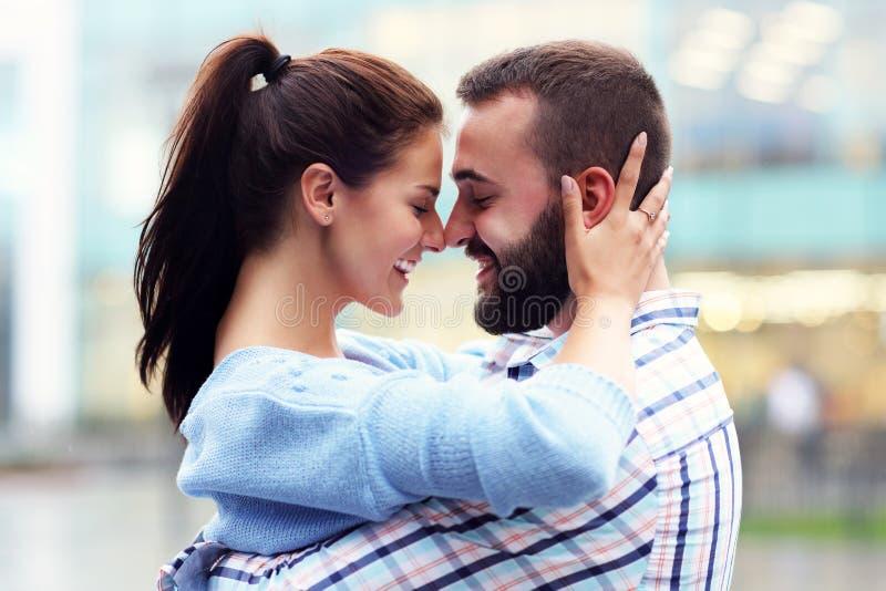 Счастливое датировка пар в городе стоковая фотография rf