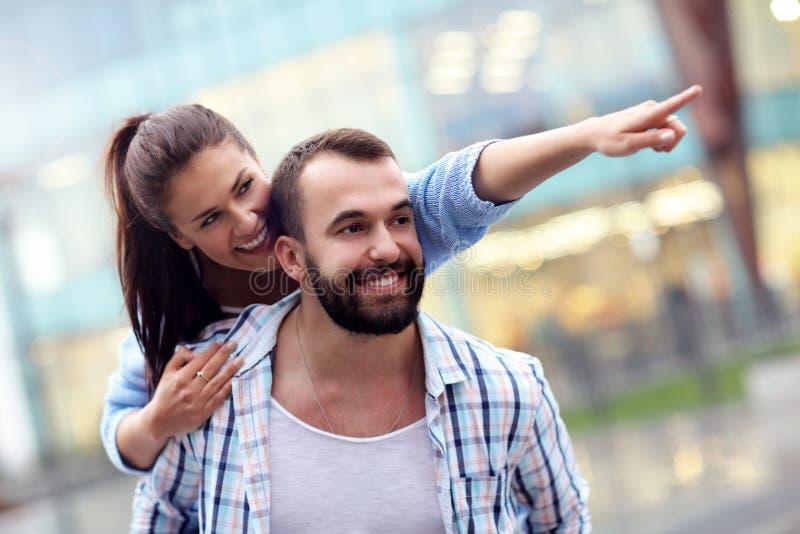 Счастливое датировка пар в городе стоковое изображение