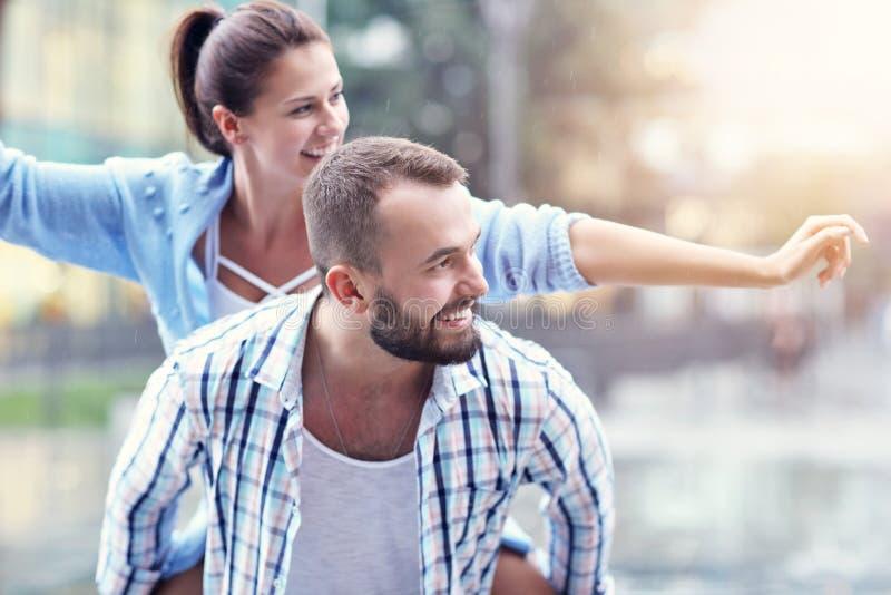 Счастливое датировка пар в городе стоковое фото rf