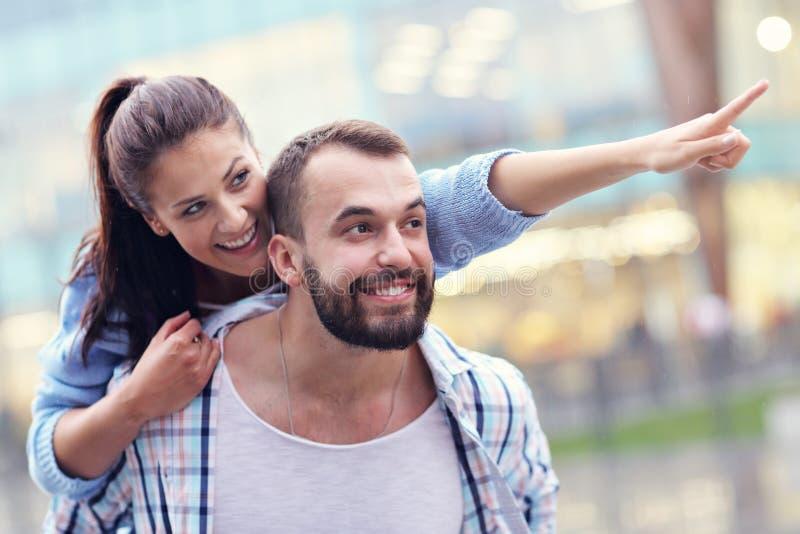 Счастливое датировка пар в городе стоковые изображения rf