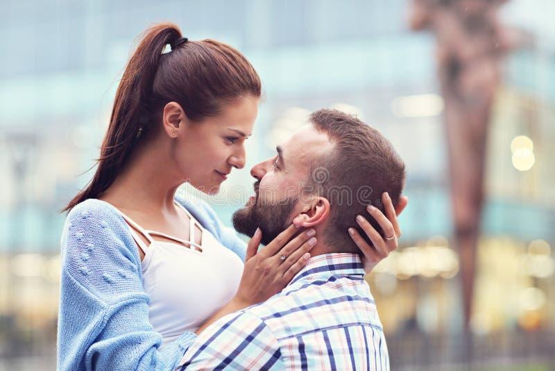 Счастливое датировка пар в городе стоковая фотография