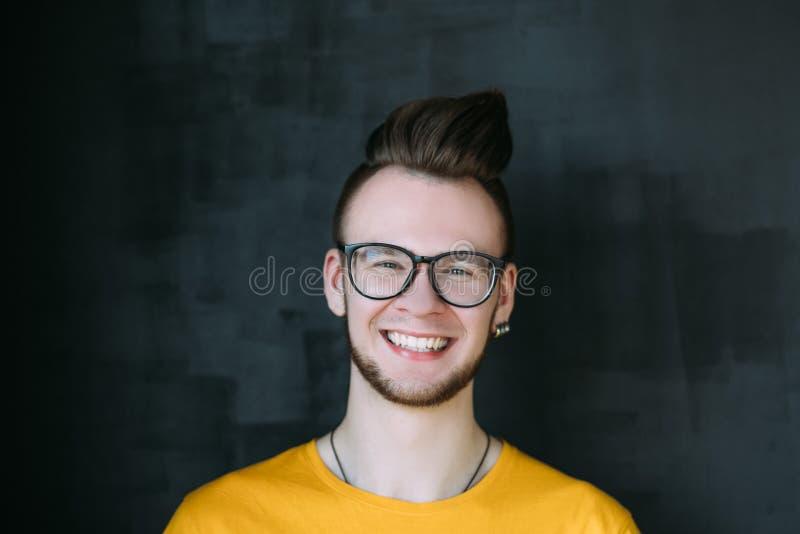 Счастливое дружелюбие молодости молодого человека беспечальное стоковое изображение