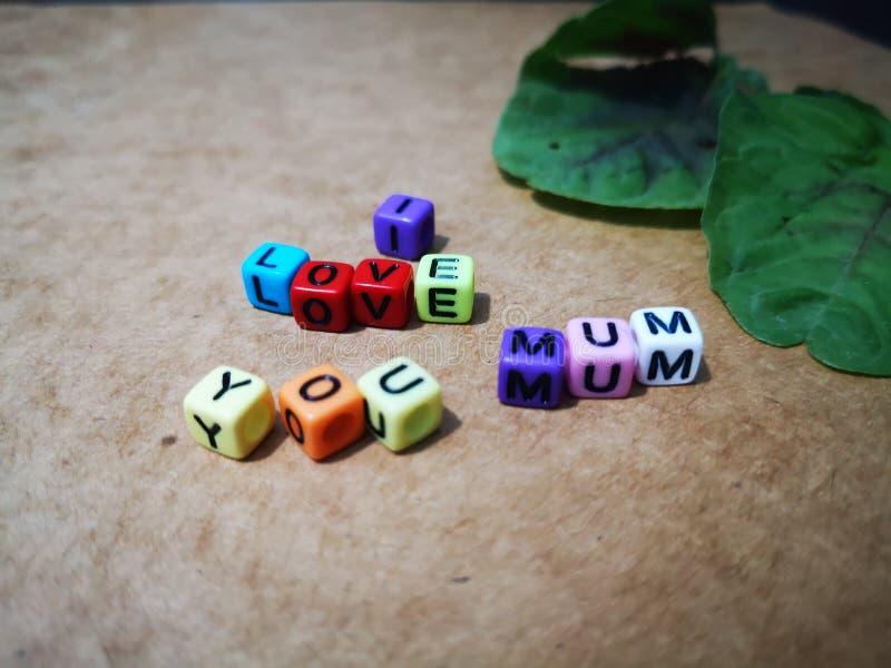 Счастливое желание Дня матери с красочной предпосылкой цветков стоковые фото