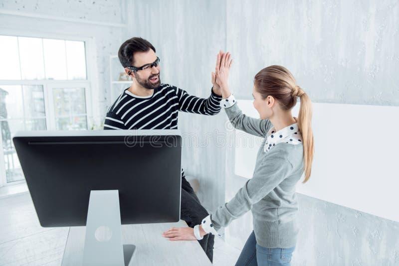 Счастливое молодые люди касаясь рукам стоковая фотография rf