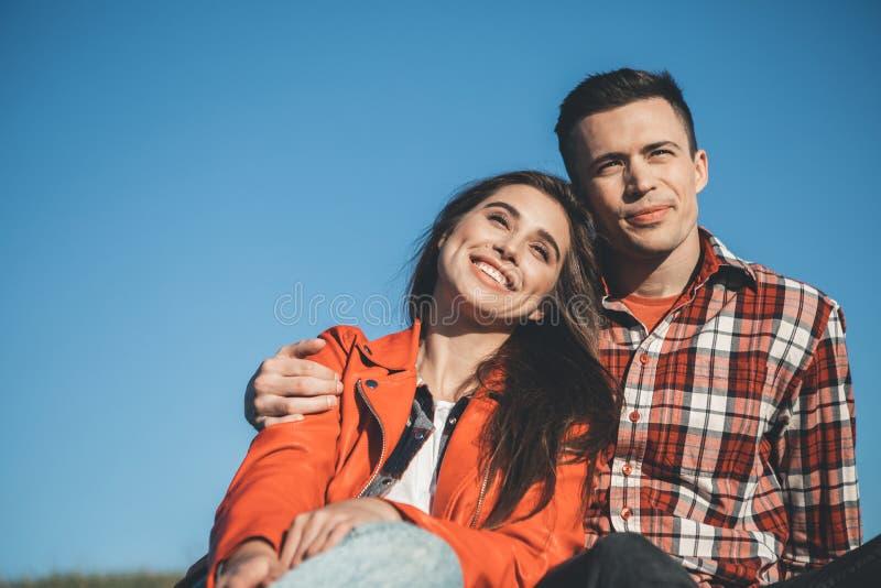 Счастливое молодые люди обнимая в природе стоковое изображение
