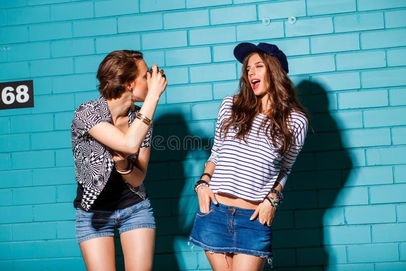 Счастливое молодые люди при камера фото имея потеху перед синью стоковые изображения rf