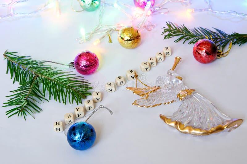 счастливое Новый Год Кубы с письмами, ангелом, красочными игрушками стоковые фотографии rf