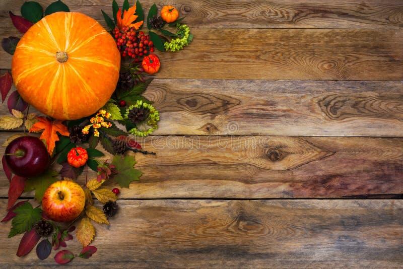 Счастливое оформление благодарения с падением выходит на деревянную предпосылку