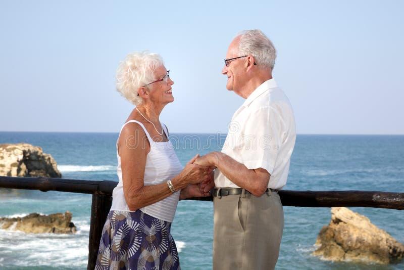 Download счастливое пар пожилое стоковое фото. изображение насчитывающей снаружи - 6868412
