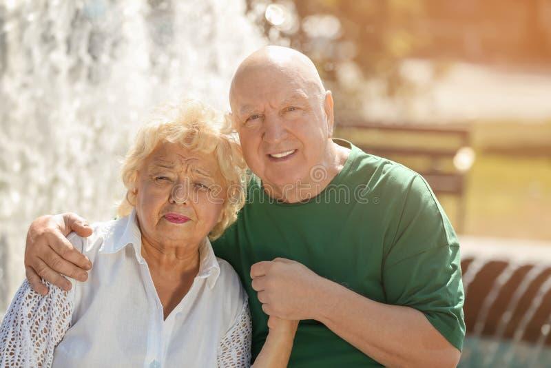 счастливое пар пожилое outdoors стоковые изображения rf