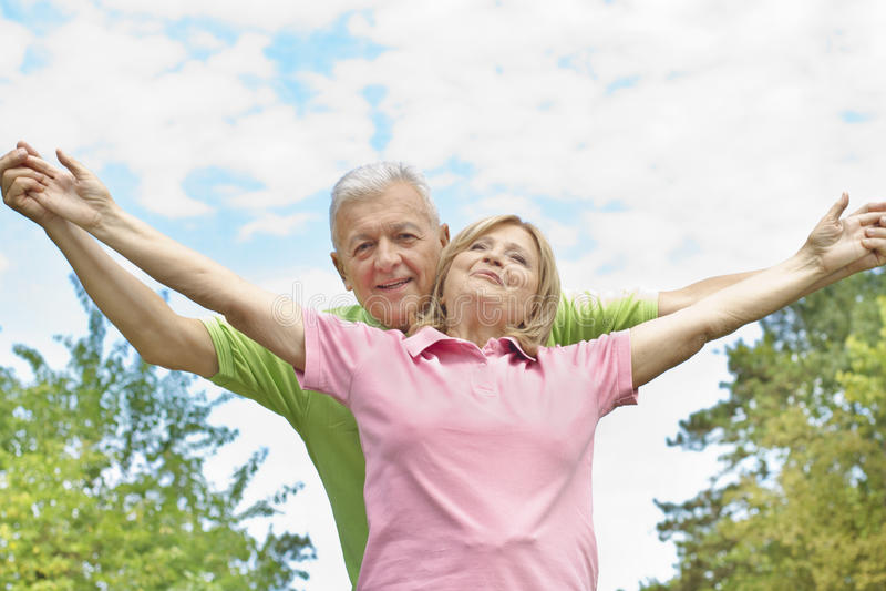 счастливое пар пожилое outdoors стоковое изображение