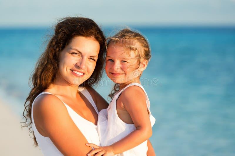 Счастливое побережье матери и дочери на море стоковые изображения rf