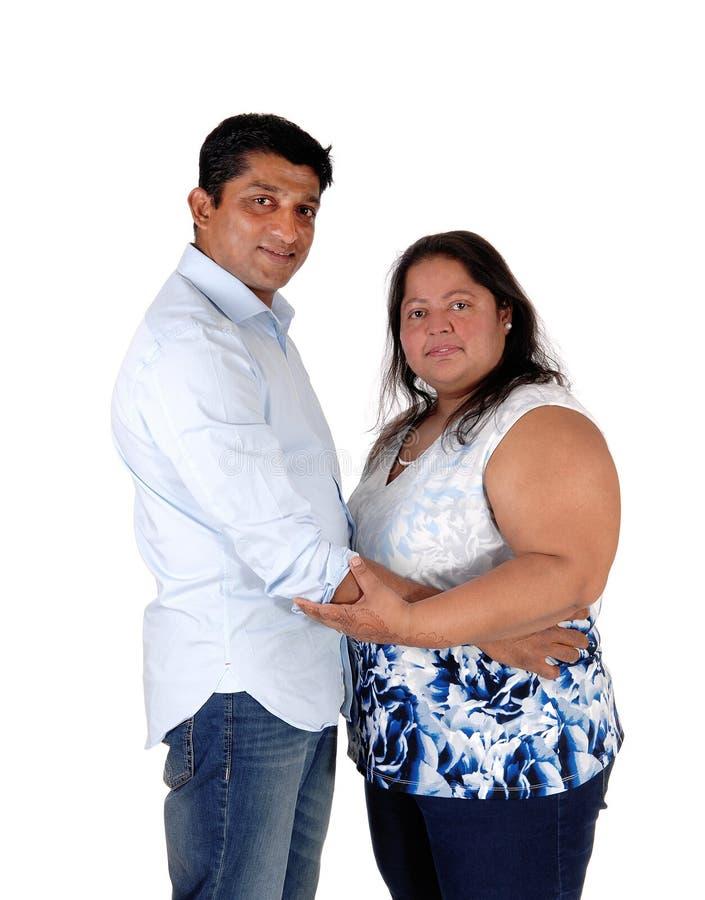 Счастливое положение пар восточного индейца, смотря в камеру стоковые изображения