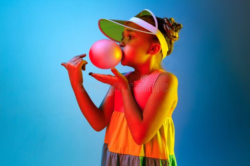 Жевательная резинка маленькой девочки дуя стоковые фотографии rf