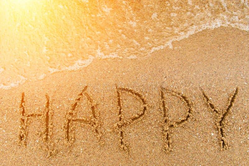 Счастливое слова написанное в песке стоковые изображения rf