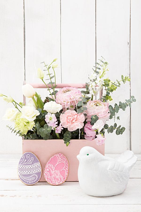 Счастливое украшение пасхи для поздравительной открытки Деревянная птица, gingerbr стоковые фотографии rf