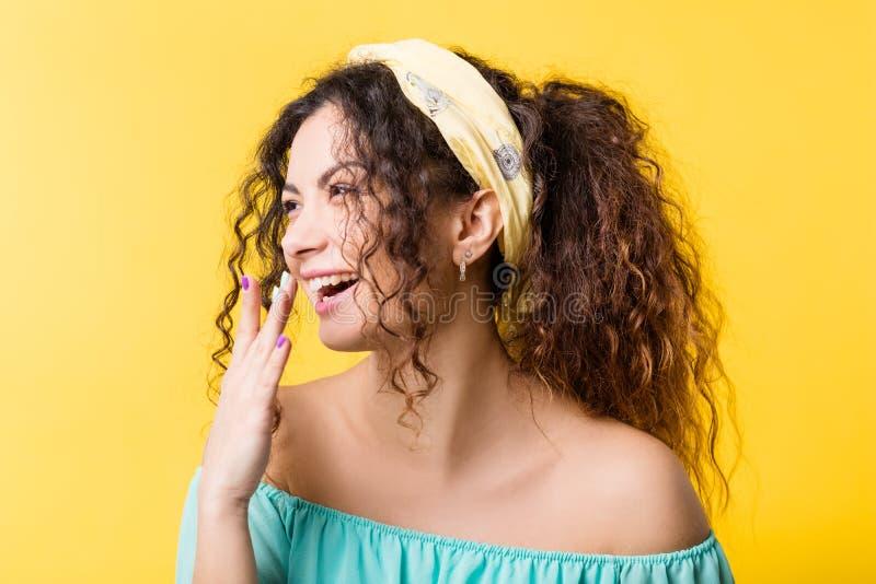 Счастливое услаженное молодое чувство эмоции женщины boho стоковые фотографии rf
