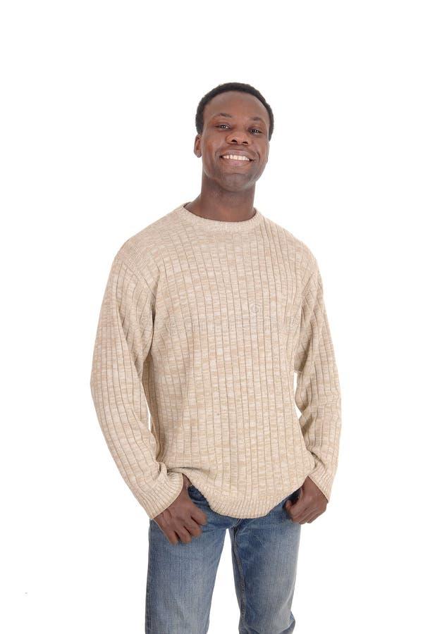 Счастливое усмехаясь молодое положение чернокожего человека стоковое изображение rf
