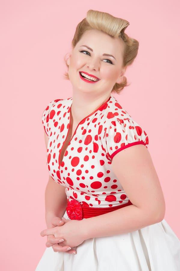 Счастливое усмехнутое привлекательное femal при доверие чувства состава штыря-вверх винтажное держа руки и смешную смотря камеру стоковая фотография rf