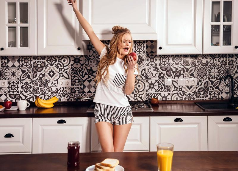 Счастливое утро на кухне стоковые изображения rf