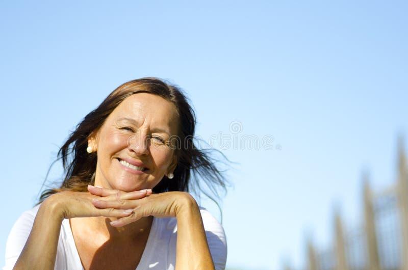 Счастливое relaxed старшее усаживание в парке III стоковая фотография