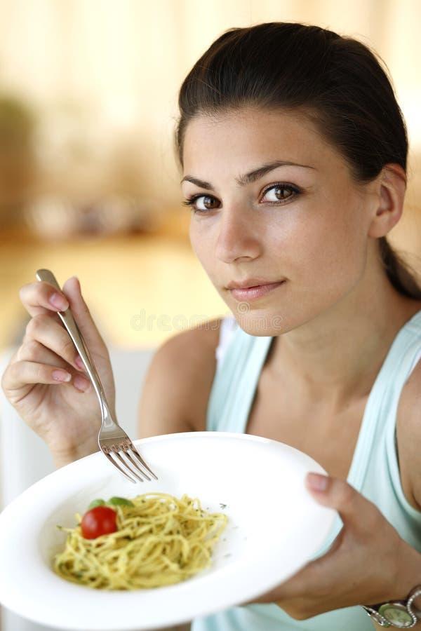 Счастливое spagetti еды женщины стоковые фото